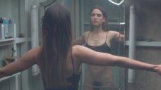 3. Дженнифер Коннелли рассматривает себя в зеркале – Реквием по мечте