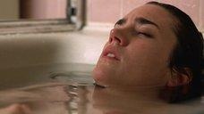 Дженнифер Коннелли принимает ванну
