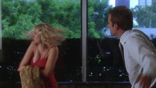 2. Скарлетт Йоханссон в красном лифчике – Обещать – не значит жениться