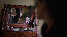 Кейт Уинслет рассматриват попку в зеркале