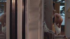 3. Шэрон Стоун надевает платье – Основной инстинкт