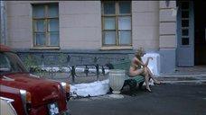 Обнаженная Евгения Брик курит на улице
