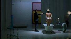 Наташа Хенстридж в ванной под прицелом пистолета