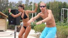 Танец зажигательной Екатерины Варнавы в купальнике