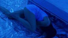 Напуганная Эшли Джадд в ночной рубашке