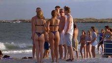 Лори Фортье и Клэр Дэйнс прогуливаются по пляжу