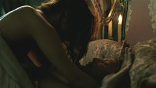 Алисия Викандер засветила грудь