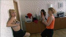 2. Анна Слю, Алиса Хазанова и Светлана Ходченкова фотографируются – Краткий курс счастливой жизни