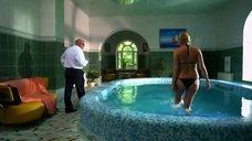 Наталья Рудова плавает в бассейне