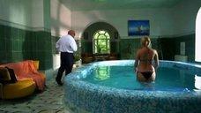 2. Наталья Рудова плавает в бассейне – Поцелуй в голову