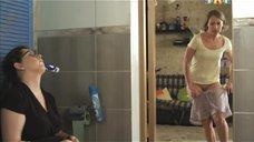 Галина Боб одевает шорты