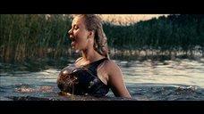 Анна Семенович выныривает из воды