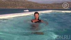 3. Анна Семенович плавает в бассейне