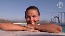 4. Анна Семенович плавает в бассейне