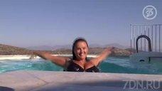 7. Анна Семенович плавает в бассейне