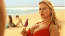 4. Анна Семенович на пляже