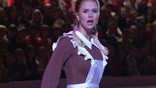2. Анна Семенович в школьной форме на льду