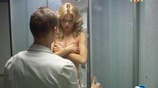 10. Анна Хилькевич в душевой кабине – Золотые