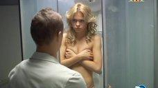 Анна Хилькевич в душевой кабине