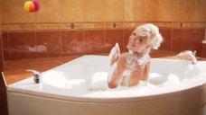 Виктория Лукина принимает ванну