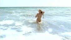 Светлана Ходченкова плавает обнаженной