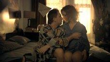 Шаловливая рука сжимает грудь Елены Захаровой