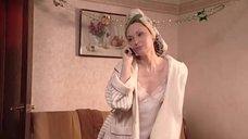 Елена Ксенофонтова в ночной рубашке