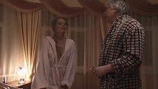 У Елены Ксенофонтовой выпала грудь из халата