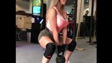Карина Зверева в спортзале
