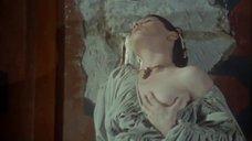 Марина Пьерро ласкает свою грудь
