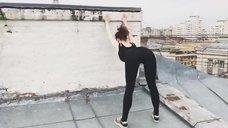 Секси Маруся Климова делает зарядку на крыше