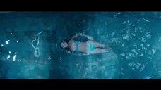 Эбби Ли плавает в бассейне