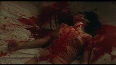 Окровавленная проститутка на кровати