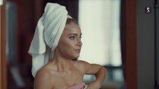 Арина Постникова в полотенце