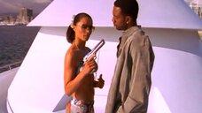 Роуэна Кинг в бикини с пистолетом