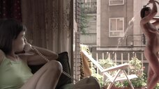 Полностью голая Диана Суарез принимает душ на балконе