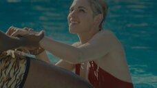 Кристен Стюарт в бассейне