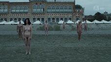 1. Голые на пляже – Новый Папа