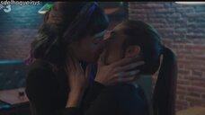 Азия Ортега целуется с Mireia Oriol