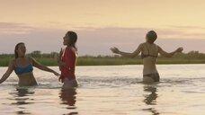 Девчонки купаются