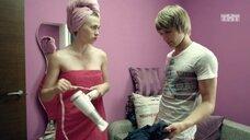 Яна Енжаева в полотенце