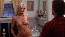 Полностью голая Софи Монк в ванной