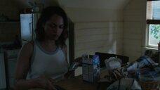 Моника Реймунд в майке без лифчика