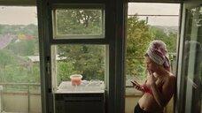 Ирина Носова курит в лифчике