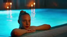 1. Алена Михайлова плавает в бассейне – Люби их всех