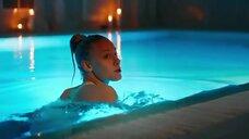3. Алена Михайлова плавает в бассейне – Люби их всех