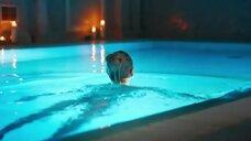 4. Алена Михайлова плавает в бассейне – Люби их всех