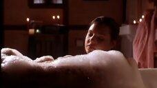 Кэтрин Хайгл в ванне с пеной