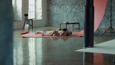 Динара Янковская и Анастасия Колесникова лежат без одежды