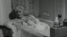 Джейн Мэнсфилд засветила грудь в ванне с пеной